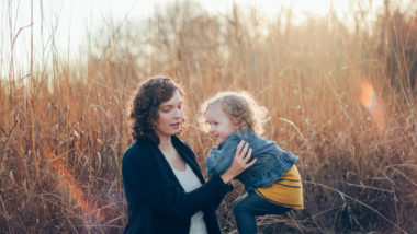 Eine Mutter macht einen Ausflug aufs Land mit ihrer Tochter