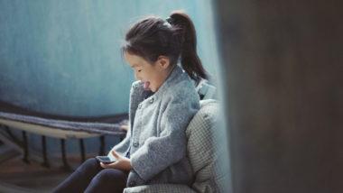 Mädchen schaut schelmisch
