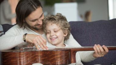 Vater und Sohn spielen Gitarre