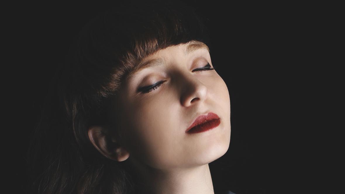 Akupunktur Schwangerschaft Eine Frau entspannt mit geschlossenen Augen: Akupunktur in der Schwangerschaft kann sehr heilsam sein