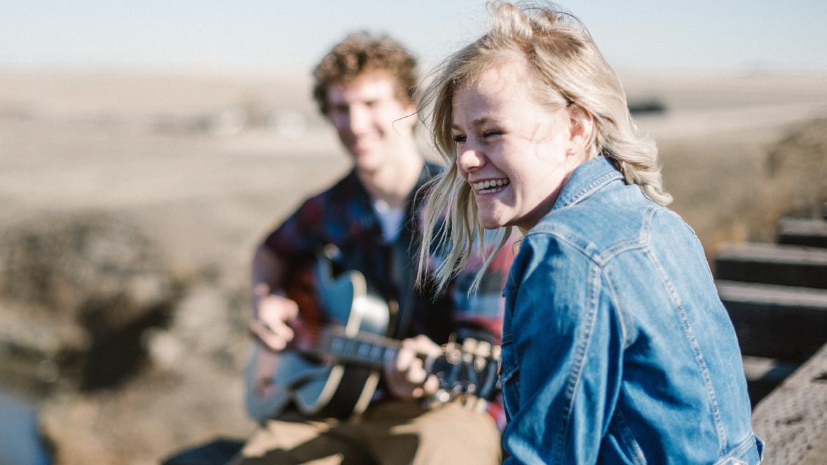 Junge spiel Mädchen mit der Gitarre vor