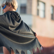 Ein Junge kann ein Halloween Kostüm selber machen