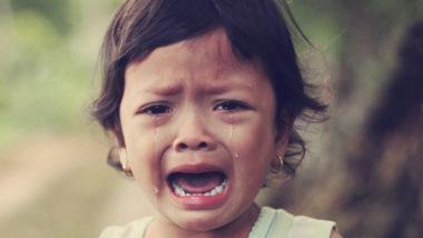 Kleinkind mit Trotzanfall weint