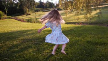 Mädchen rennt über eine Wiese