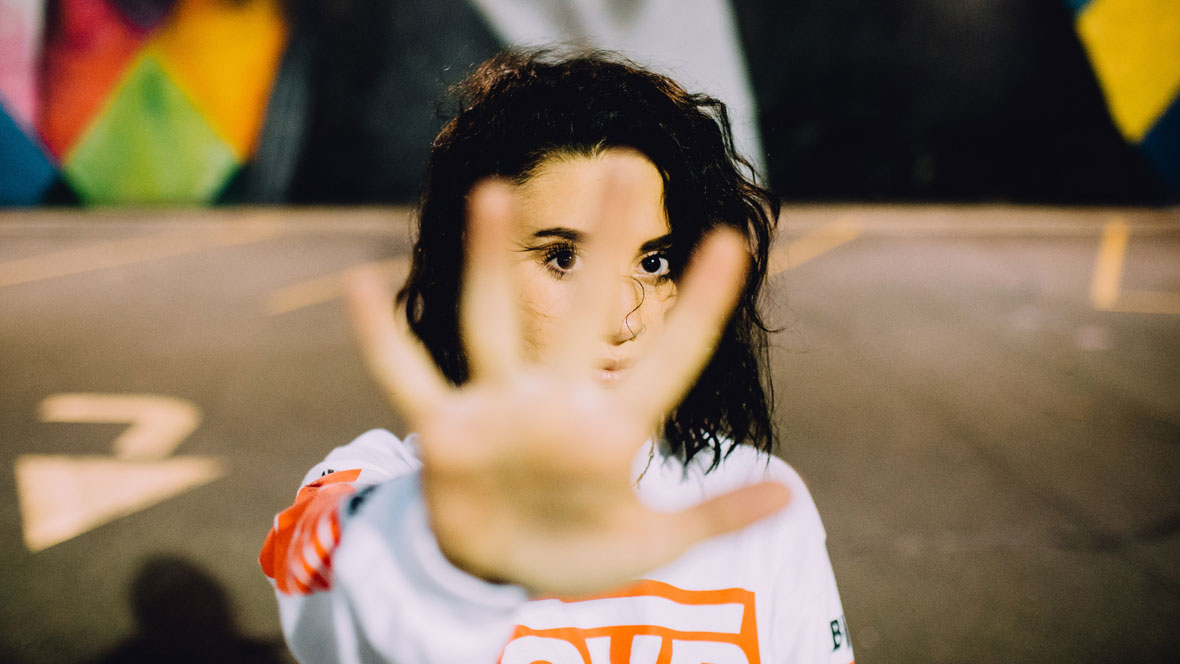 Frau zeigt ihre Handfläche