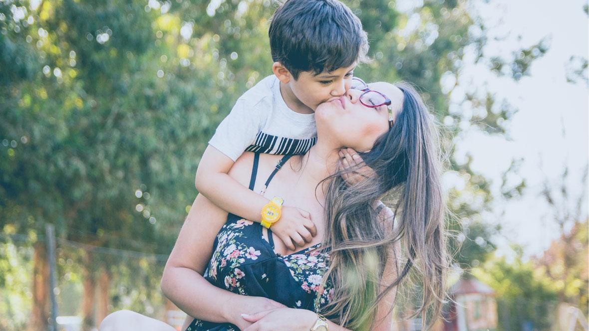 Junge küsst Mutter