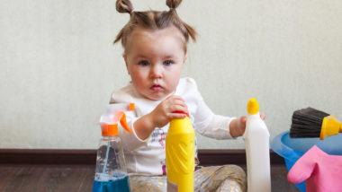 Kind spielt mit Reinigungsmittel