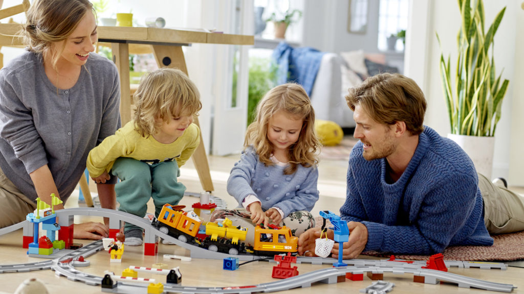 LEGO DUPLO_Gueterzug_Familie beim Spielen