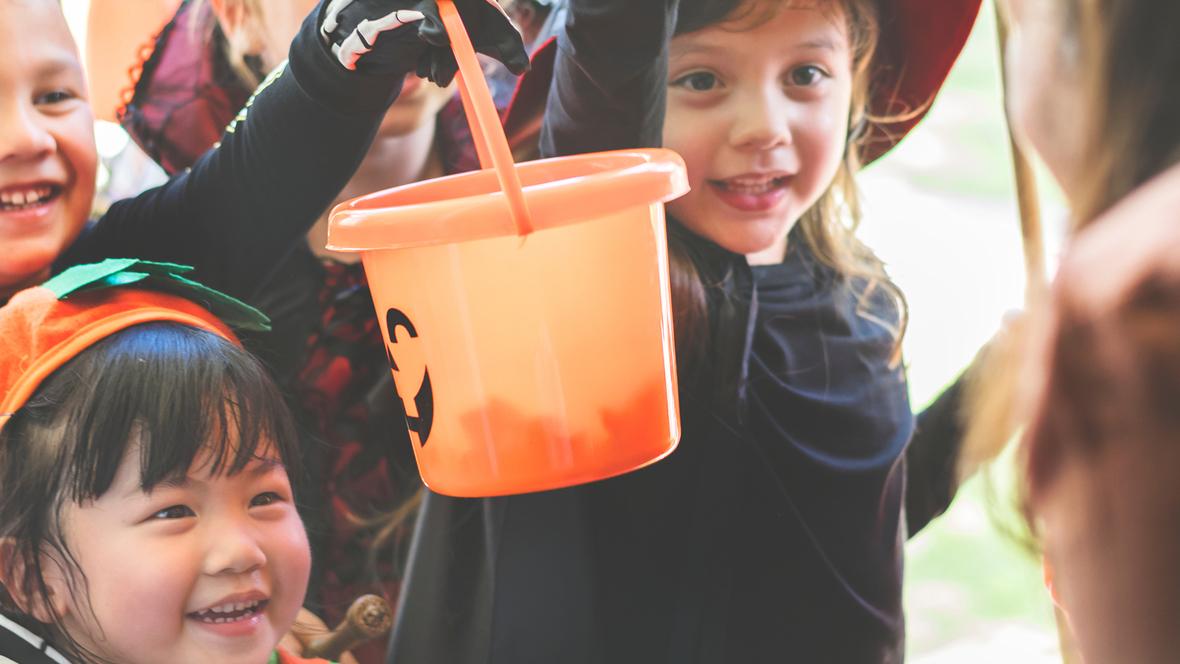 Kinder klingeln an Türen mit Halloween Sprüche
