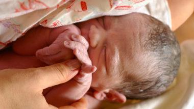 Neugeborenes Baby im Arm seiner Mutter