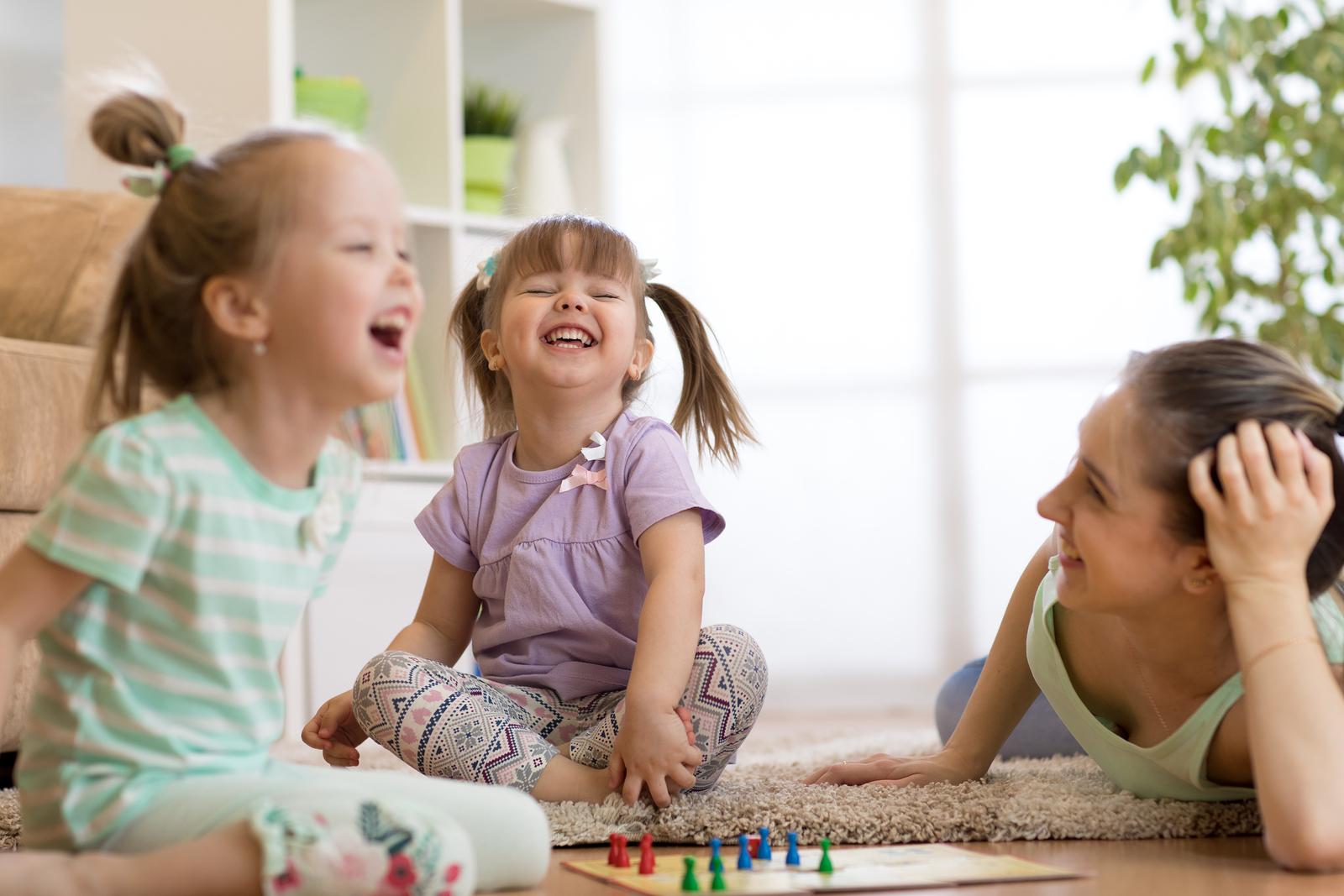 Familie spielt Brettspiele
