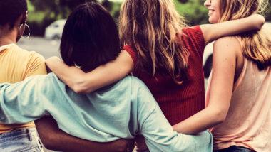 Vier Frauen liegen sich in den Armen