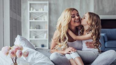 Mutter kuschelt mit Tochter