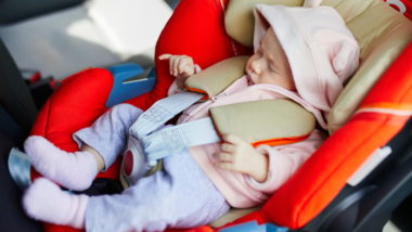 Neugeborenes liegt in Babyschale