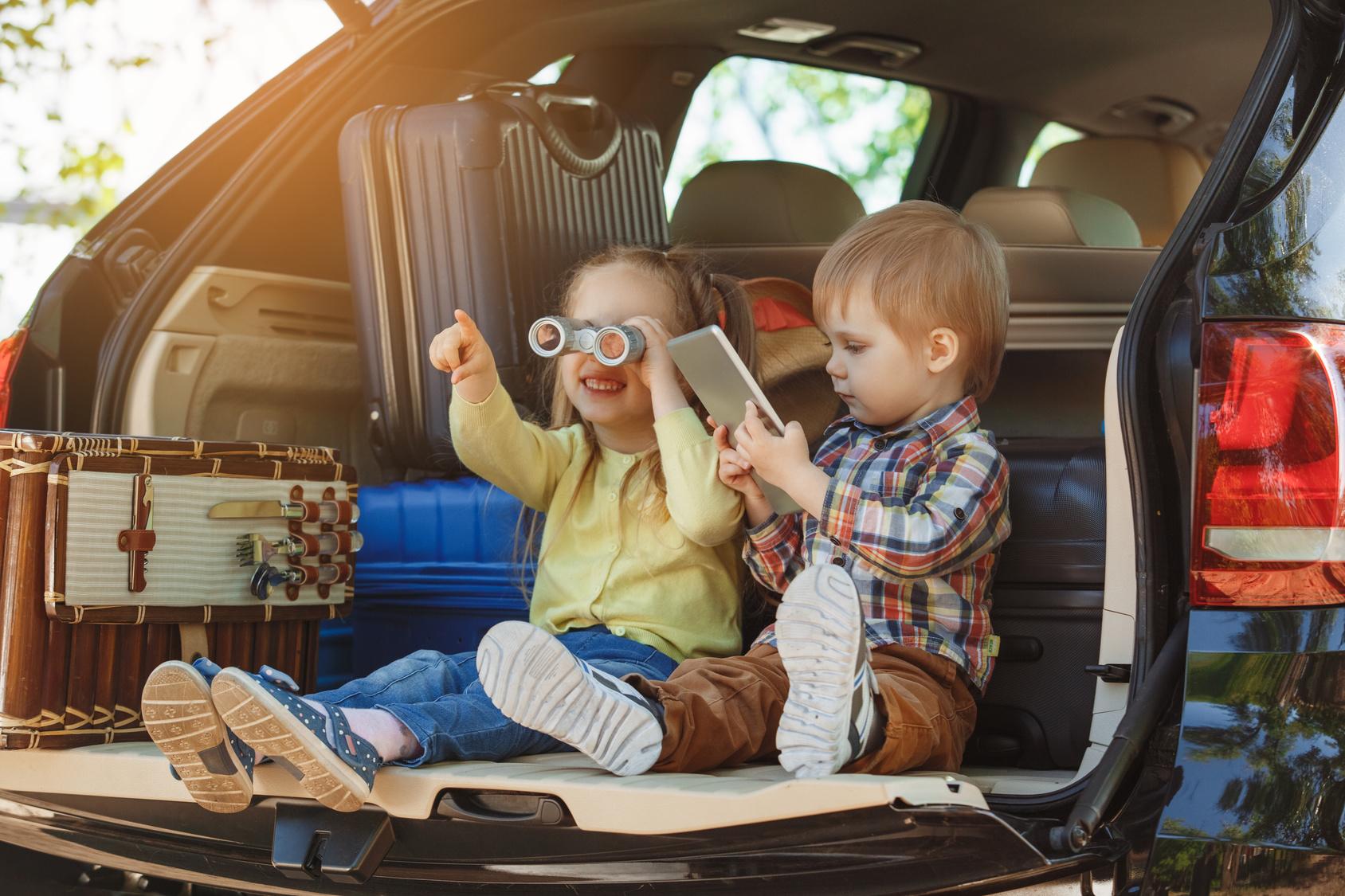 Kinder sitzen in einem Auto