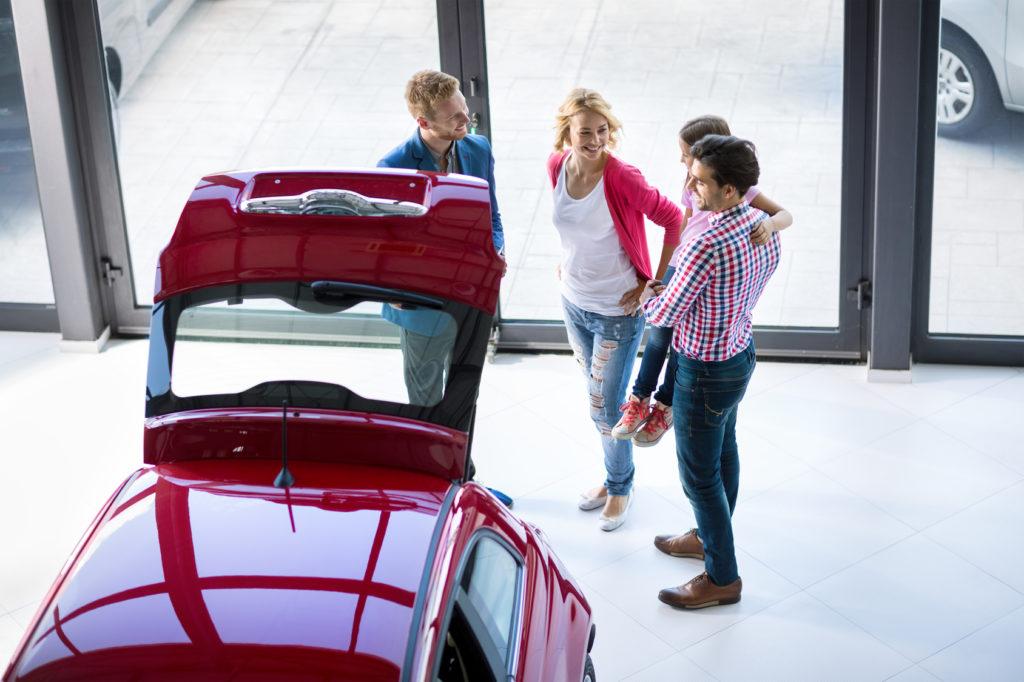 Autoverkäufer berät Kunden