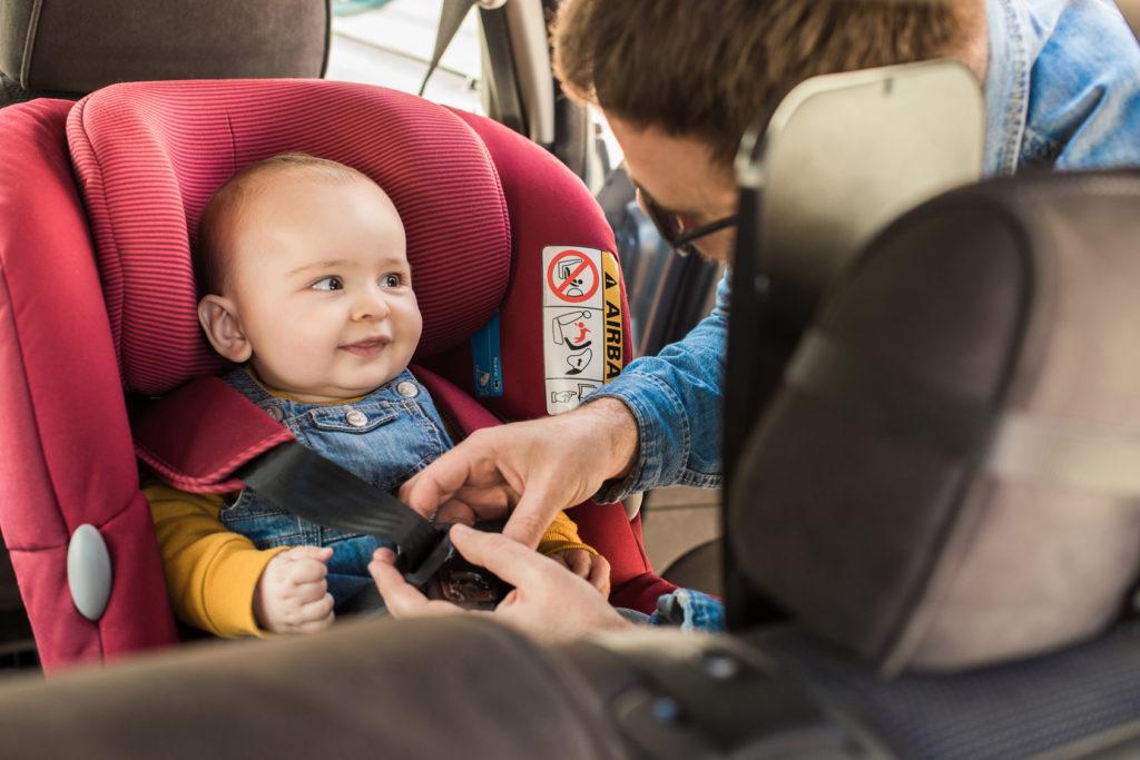 Kind im Kindersitz