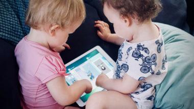 Zwei Kinder spielen am Tablet