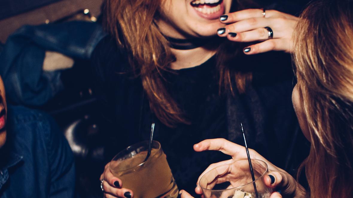 Frauen haben in einem Club einen Drink in der Hand