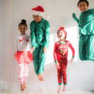 Kinder in weihnachtlichen Schlafanzügen springen