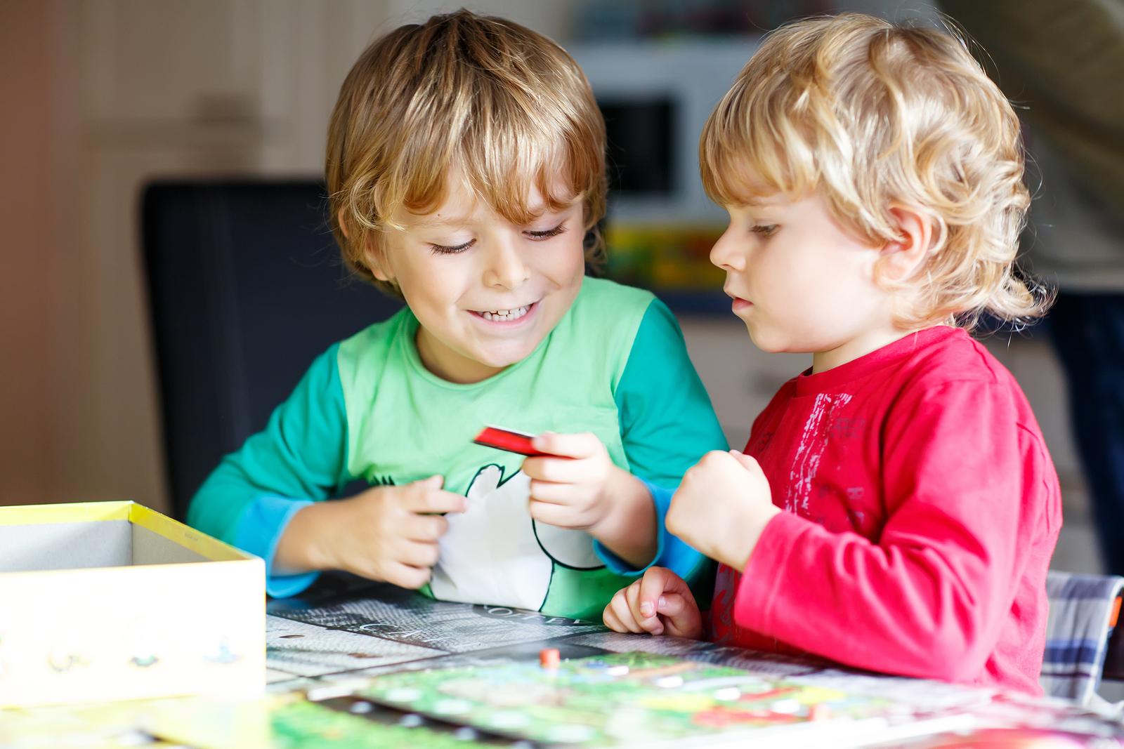 Geschwisterkinder spielen miteinander