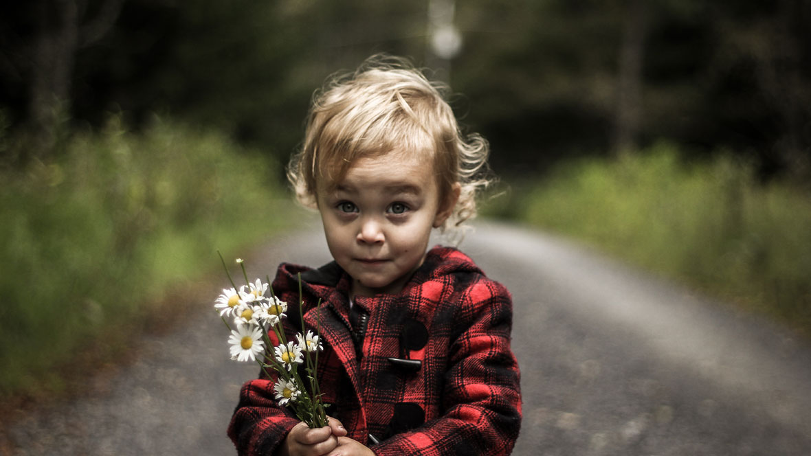 Kleiner junge schaut erstaunt