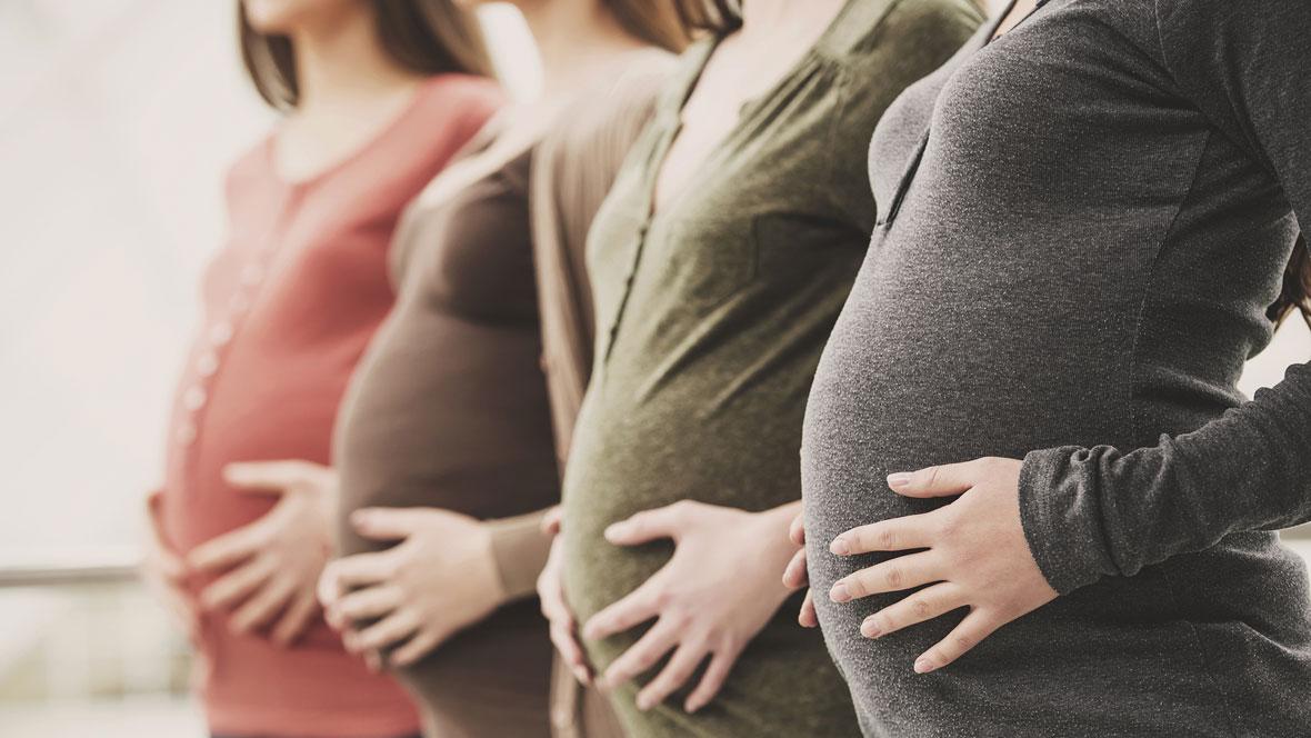 Schwangere Frauen halten ihren Babybach
