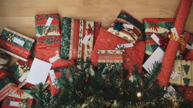 Viele Geschneke liegen unter einem Weihnachtsbaum