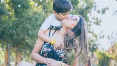 Sohn küsst Mama