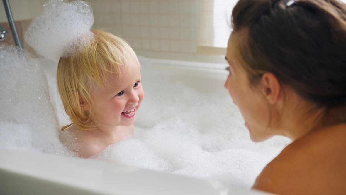Mutter badet mit ihrem Kind