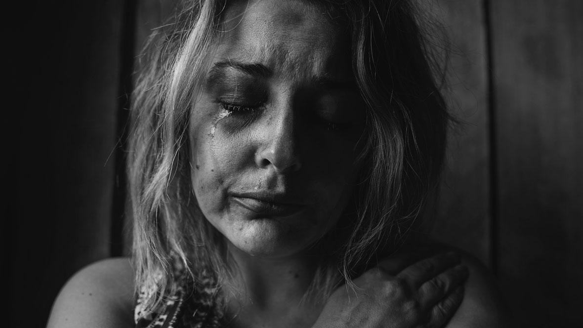Eine Frau weint