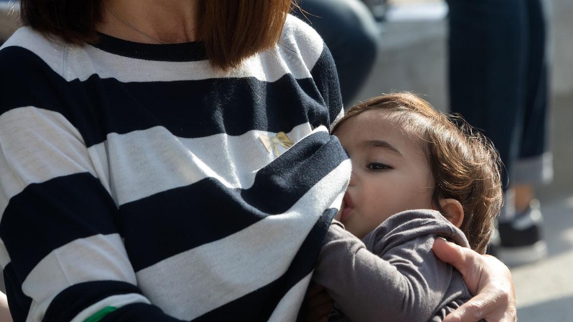 Mutter stillt ihre Kind in der Öffentlichkeit