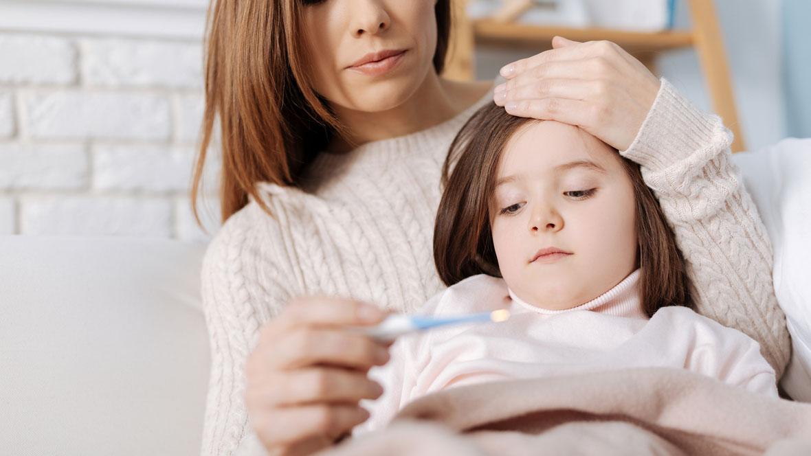 Mutter misst bei ihrer Tochter Fieber