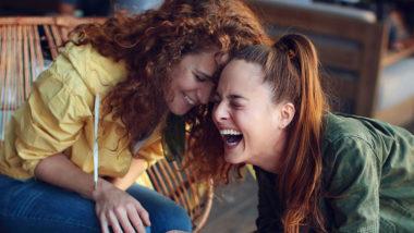 Zwei Frauen lachen miteinander