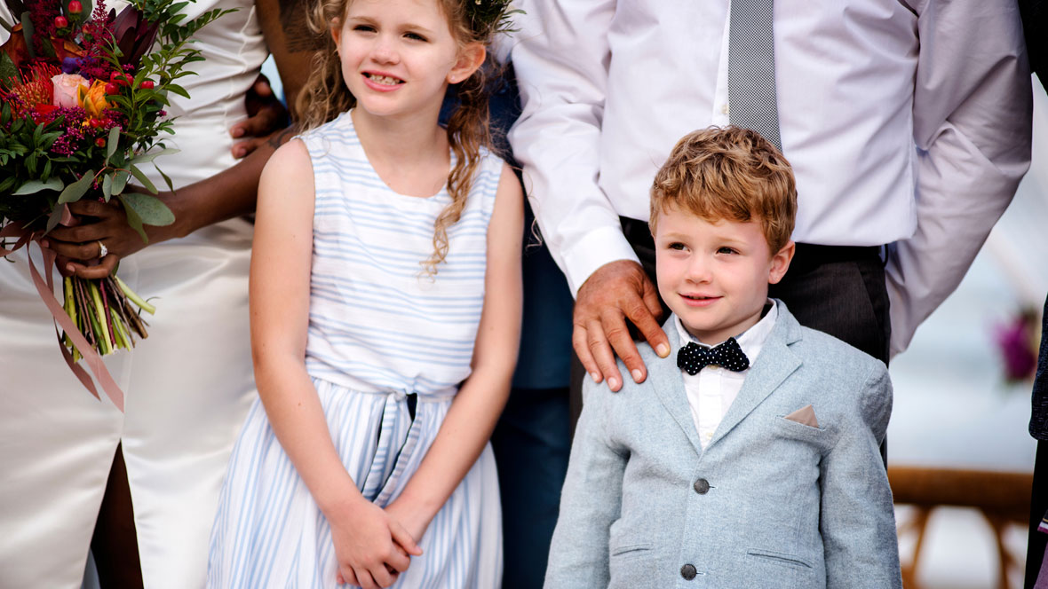 Mädchen und Junge als Gäste auf einer Hochzeit