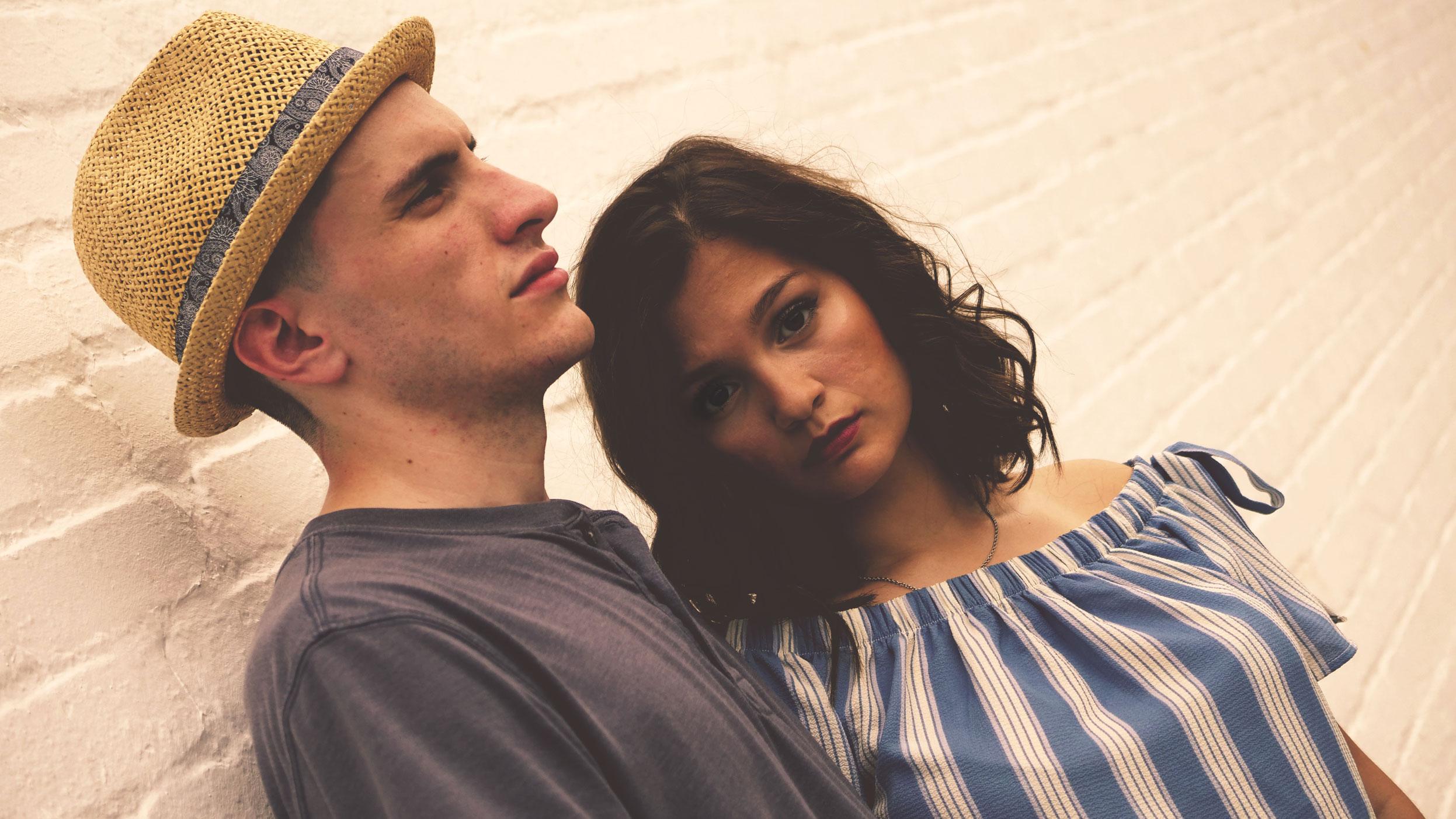 Paar steht vor einer Wand