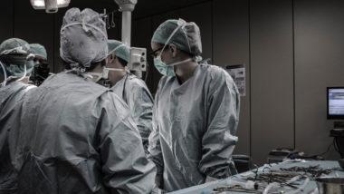 Ärzte operieren in einem OP