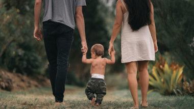 Familie geht in einem Wald spazieren