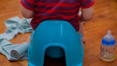 Kleinkind das auf dem Töpfchen sitzt.