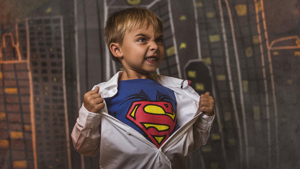 Junge mit Superman-Shirt