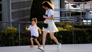 Mutter rennt mit Tochter