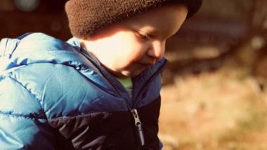 Junge mit dicker Winterjacke