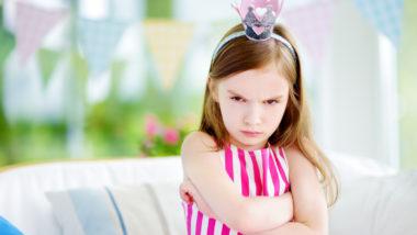Mädchen mit Krone schaut böse