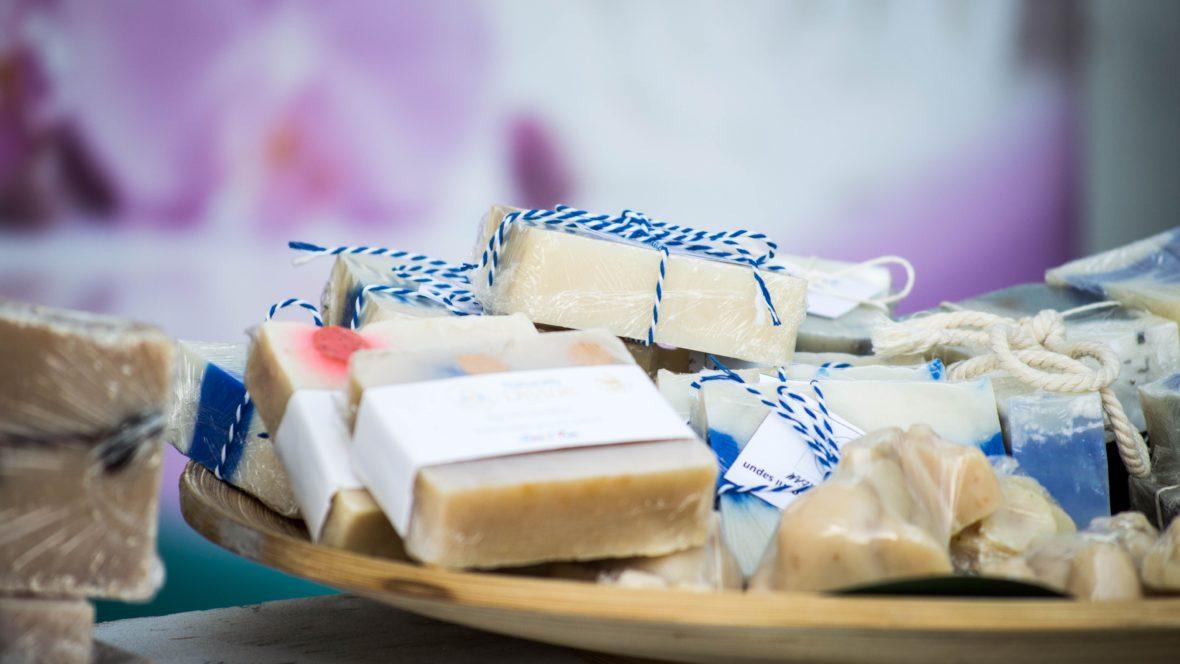 Mit unserer Anleitung kannst du dir duftende Seife selber machen.