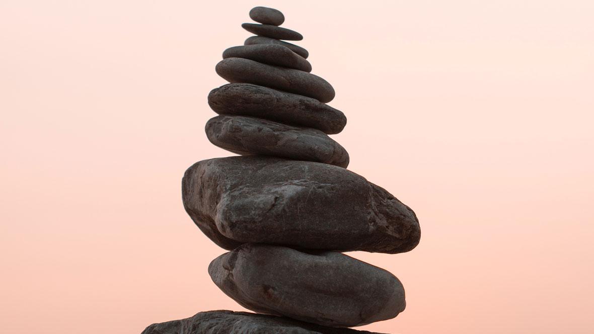 Der Rhodinit Edelstein gilt als Glücksbringer für Reisende und soll für innere Ruhe sorgen.