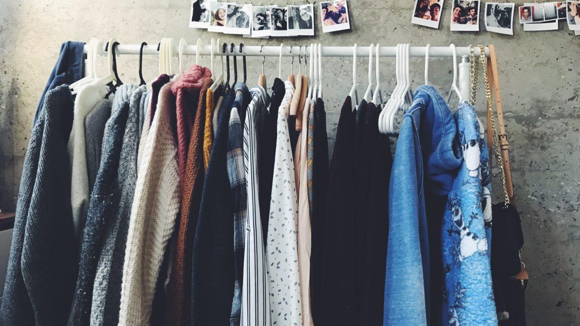 Was bedeutet es, wenn einige Kleiderhaken nach innen und andere nach außen schauen? Dahinter verbirgt sich ein toller Trick zum Schrank-Ausmisten.