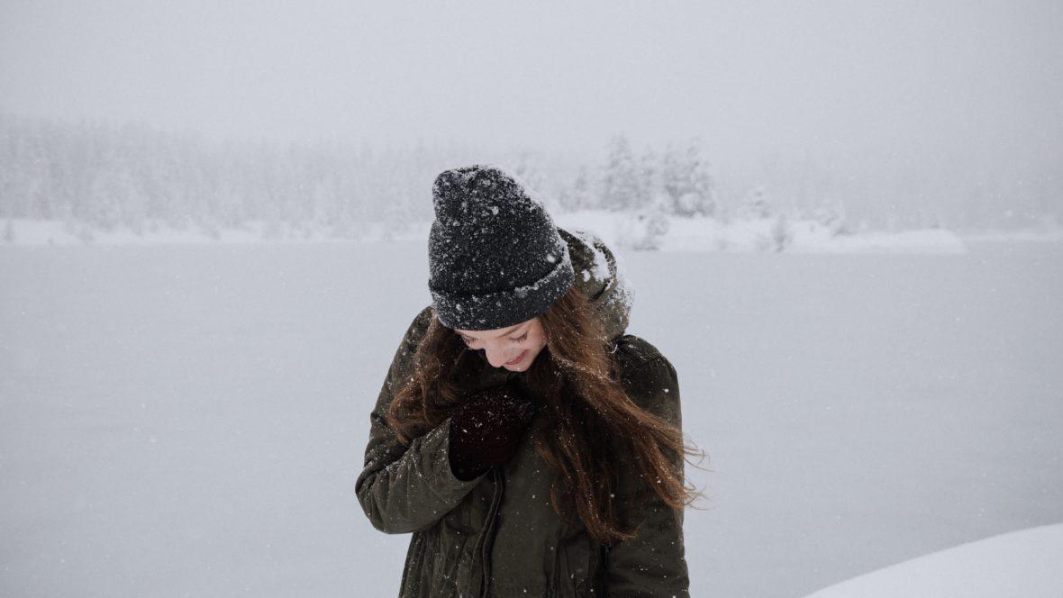 Wenn uns im Winter trockene Luft und frostige Temperaturen zu Leibe rücken, brauchen Haut und Haare eine extra Portion Zuwendung