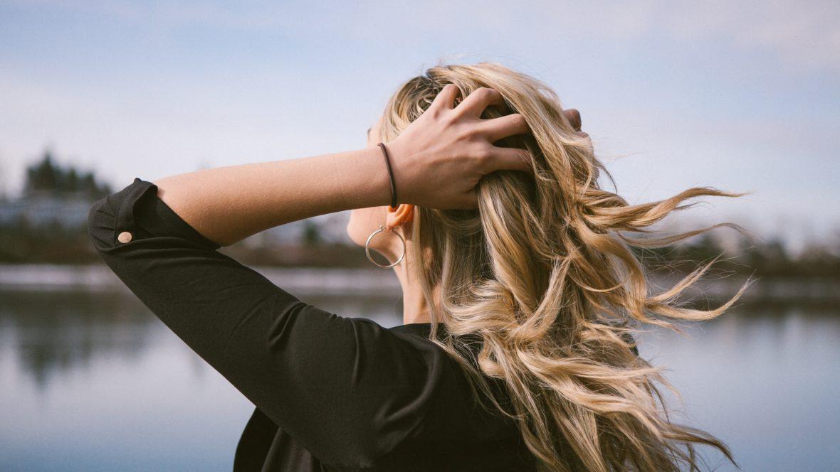 Shampoo selber machen leicht gemacht. Wir verraten, wie's geht und welches sich besonders für deinen Haartypen eignet.