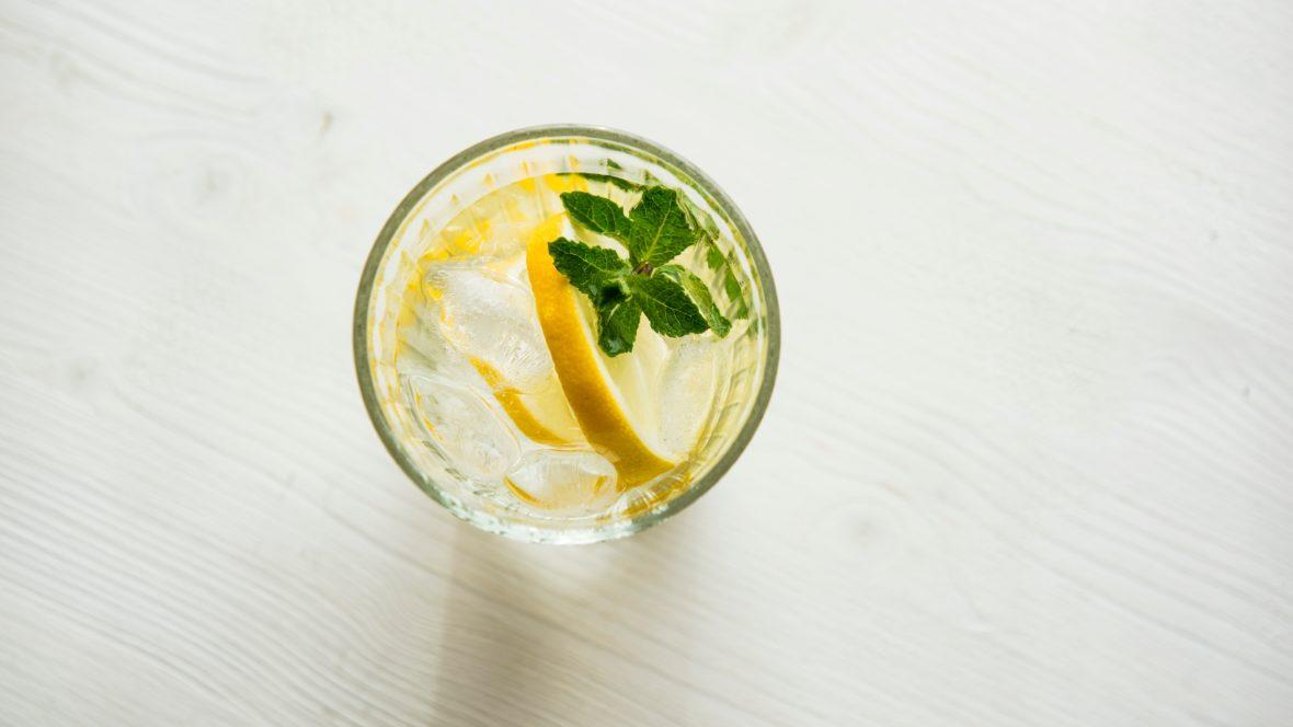 Täglich ein Glas Zitronenwasser kann deine Gesundheit deutlich verbessern.