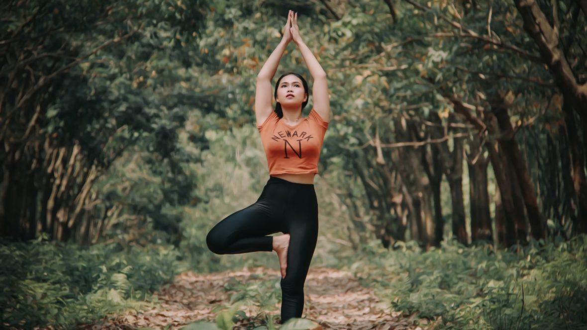 Yoga für Anfänger musst du nicht zwingend im Studio machen, auch dein Zuhause eignet sich.